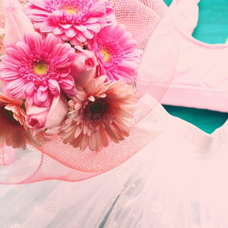 Dräkt av en balettdansör och blommor arkivfoto