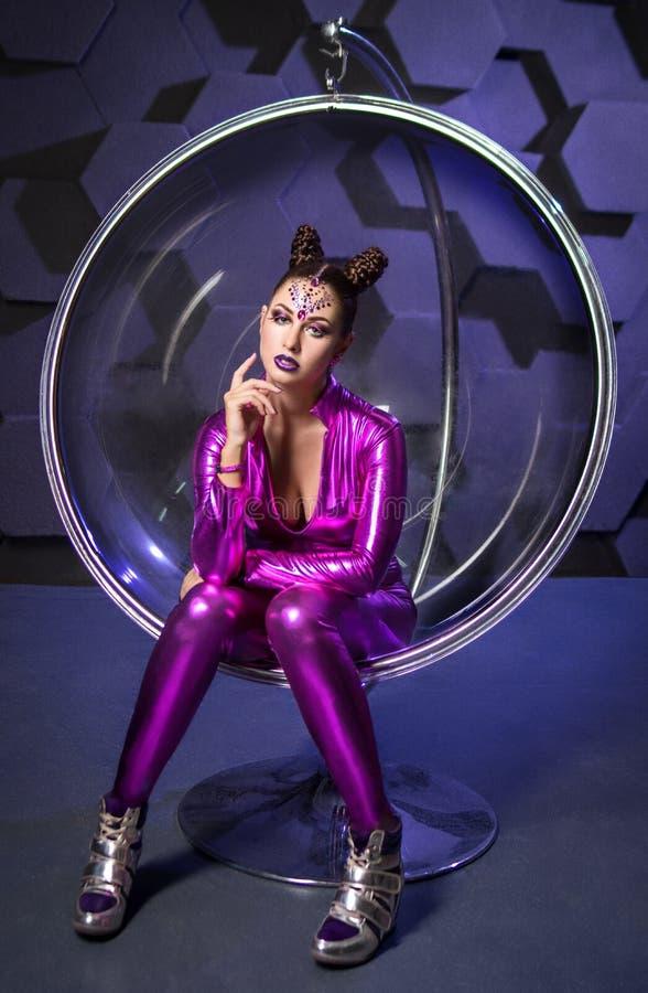 Dräkt för fantasi för ung kvinna violett royaltyfri bild