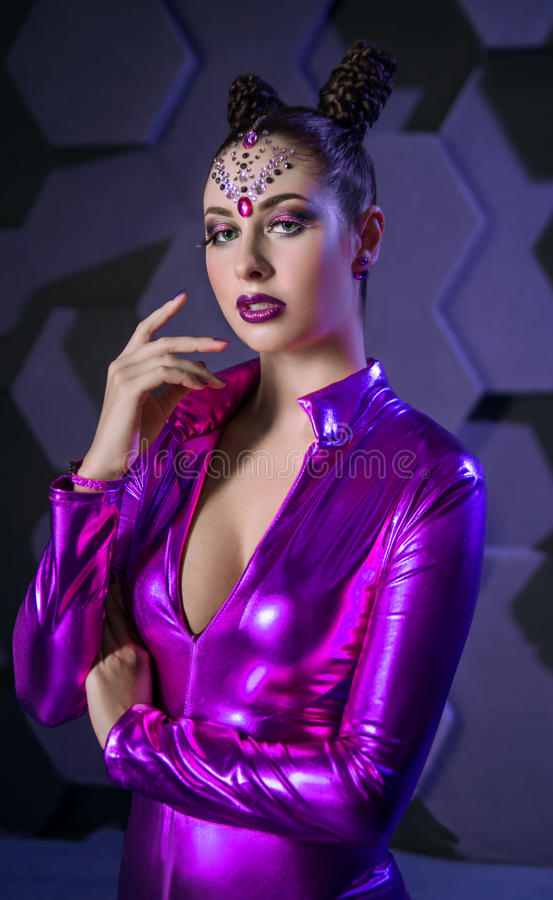 Dräkt för fantasi för ung kvinna violett royaltyfria bilder
