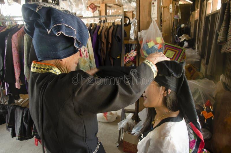 Dräkt för thai kvinna för handelsresande som bärande är traditionell av den Tai Dam person som tillhör en etnisk minoritet royaltyfri bild