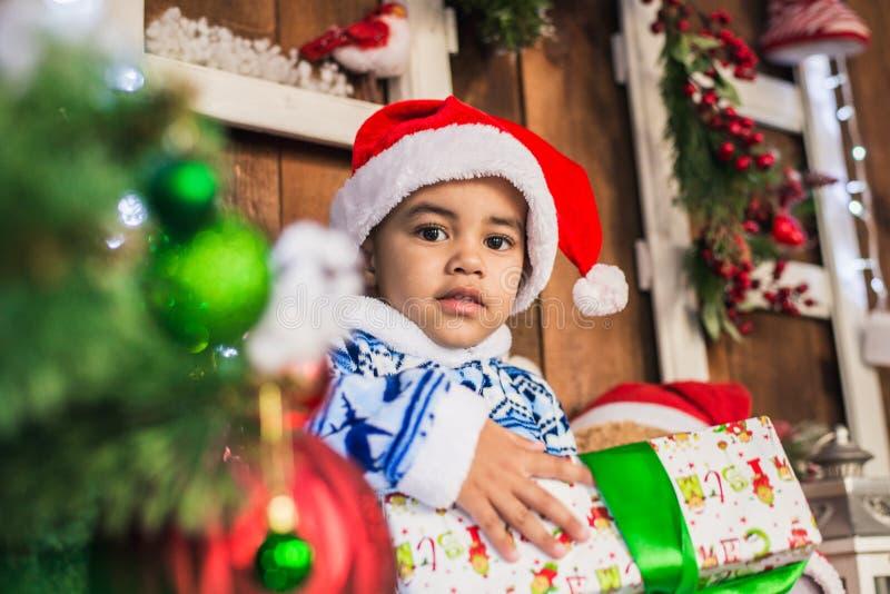 Dräkt Santa Claus för afrikansk amerikanpojkepåklädd royaltyfria foton