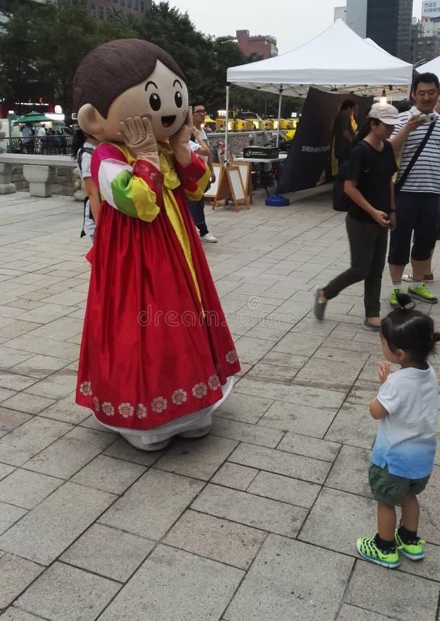 Dräkt som är cosplay i den koreanska traditionella klänningen Hanbok fotografering för bildbyråer