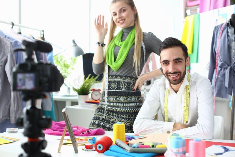 Dräktdesign som skapar modeblogginspelning royaltyfri foto