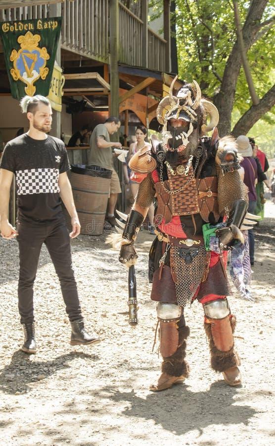 Dräkten för den oavkortade kroppen för mannen som piskar pälsfodrar den barbar- är färdig med den horned hjälmen, kedjor och omgi royaltyfria foton