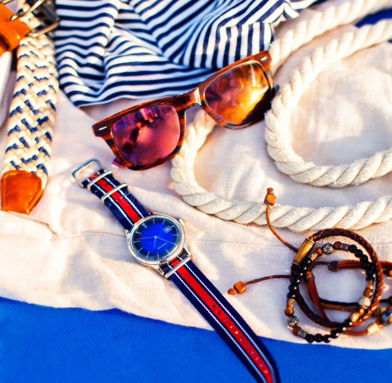 Dräkter för tillbehör för sommar för man` s tillfälliga fotografering för bildbyråer