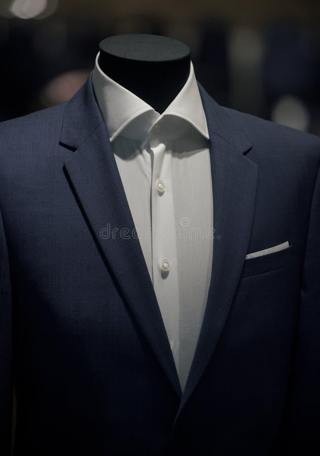 Dräktomslag och vitskjorta på skyltdocka Modeskyltdockan shoppar in Dana och utforma Affär eller formella kläder royaltyfri bild