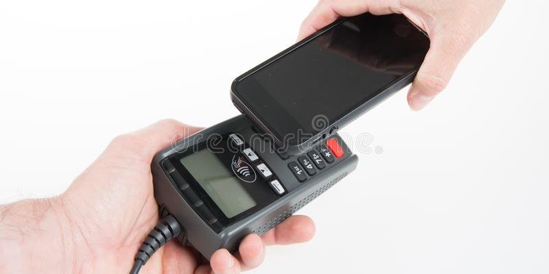 Dräktscanningtelefonen som in betalar, shoppar contactless arkivbilder