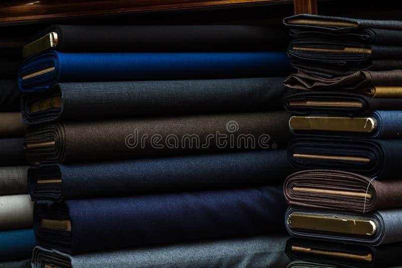 Dräkttyger med mörk färg på ett tyg shoppar hyllan fotografering för bildbyråer