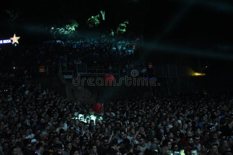 Drängen Sie sich auf Tanz-Arenastadium am AUSGANG Musik-Festival lizenzfreie stockbilder