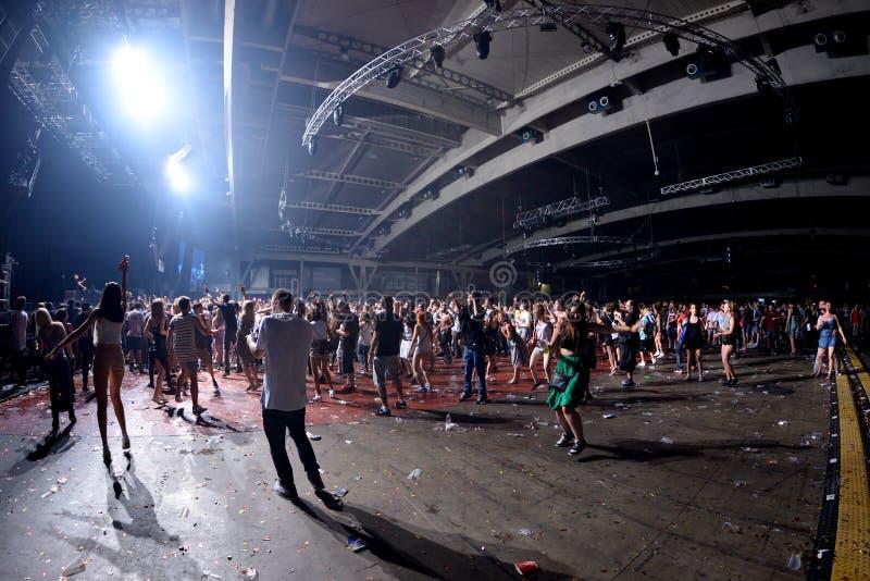 Drängen Sie Tanz in einem Konzert am Sonar-Festival stockbild