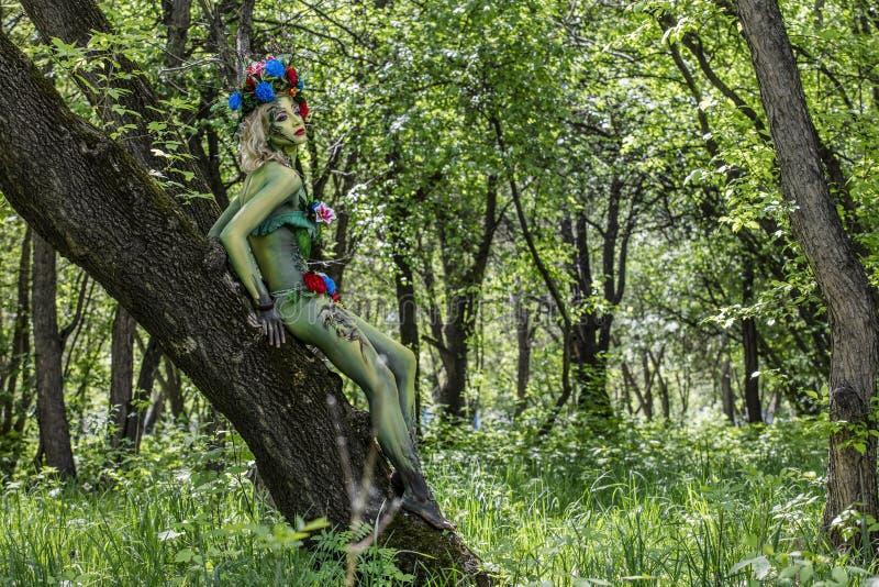 Dríada en el árbol en un jardín salvaje uno con la naturaleza verde fotografía de archivo