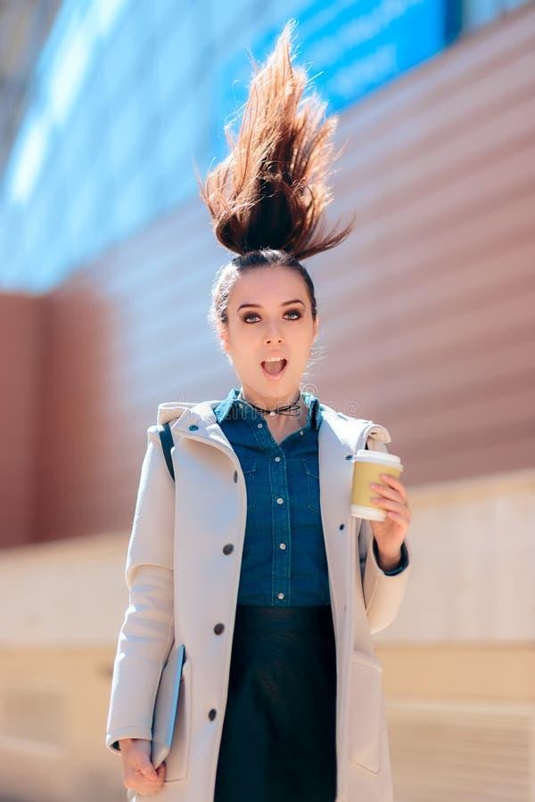 Drôle, hilare, femme, fille, femelle, énergie, énergique, cheveux, café, caféine, concept, boisson, buvant, boisson, vert, te photographie stock libre de droits