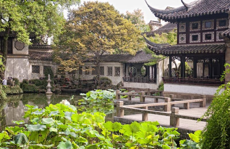 Dröja sig kvar trädgården i det suzhou porslinet arkivfoto