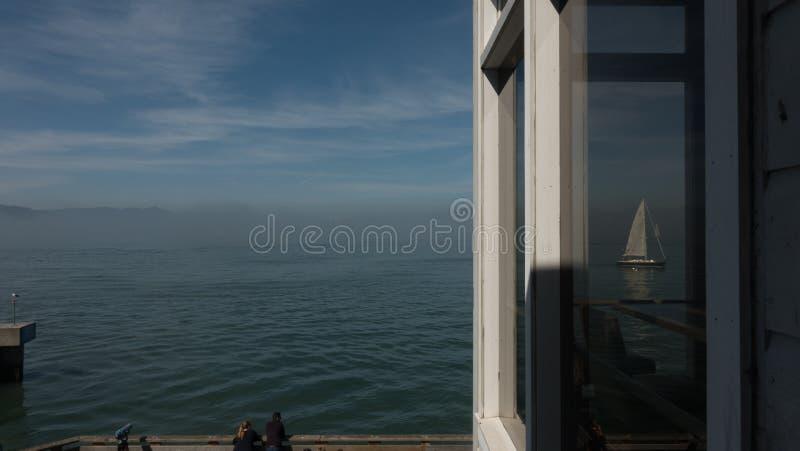 Dröm av frihet, Alcatraz som ses från SF royaltyfria bilder