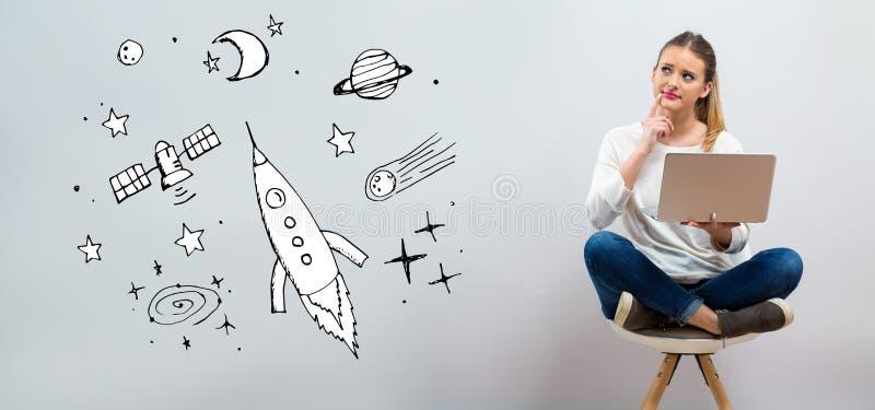 Dröm av utrymme och raket med den unga kvinnan som använder hennes bärbar dator arkivfoton
