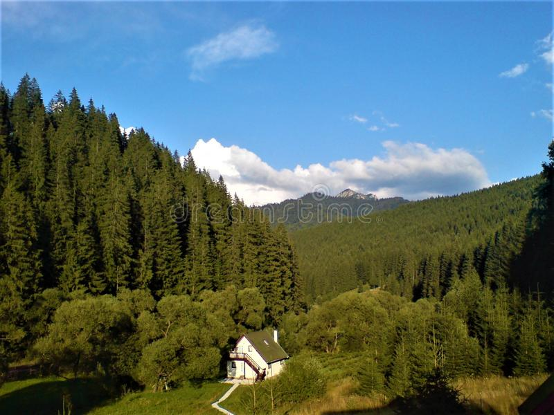 Dröm- hus i bergen arkivbild