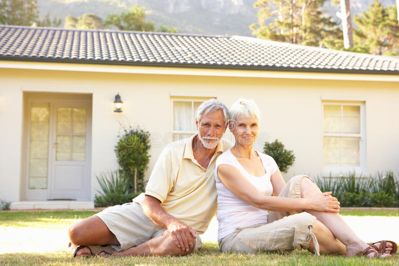 dröm- utgångspunkt för par utanför hög sitting arkivbilder