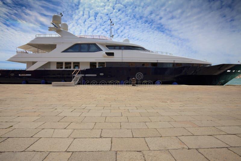 dröm- yacht för hamnsidosikt royaltyfria foton
