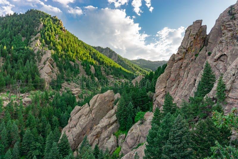 Drömlig syn på bergen i flatirons Boulder Colorado arkivfoton