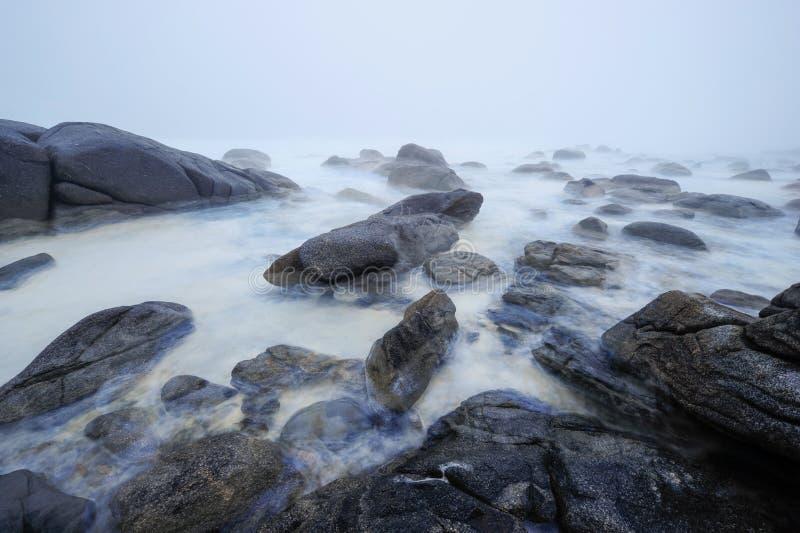 Drömlik dimmig seascape av söder - afrikansk västkusten arkivfoto