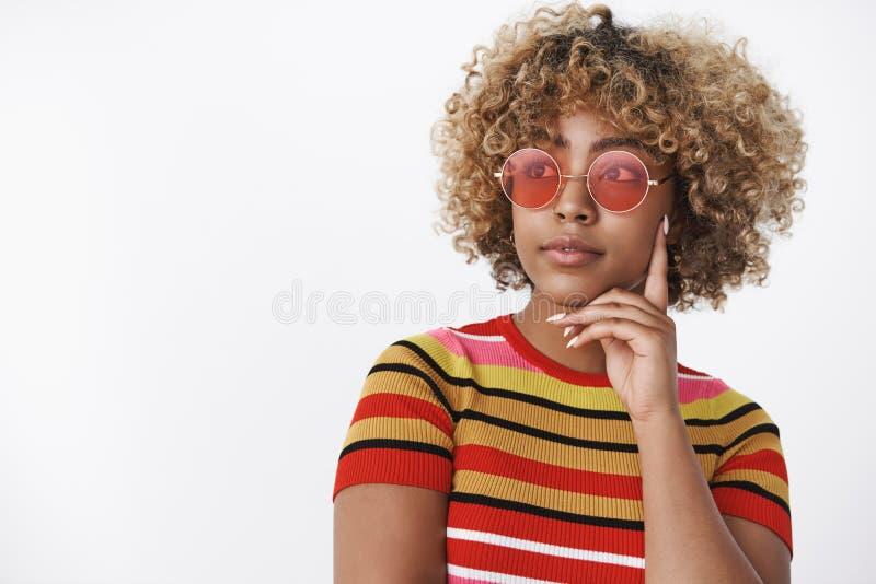 Dr?mlik flicka som bort ser som att t?nka Charma den stilfulla afrikansk amerikankvinnan i moderiktig 90-taldr?kt med kallt r?tt royaltyfri fotografi