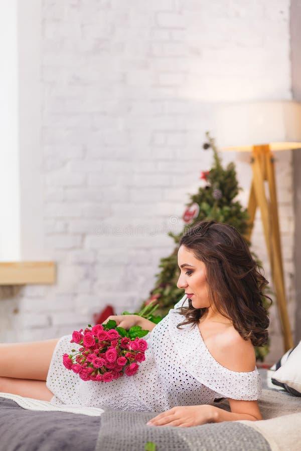 Drömlik gravid kvinnabad royaltyfri foto