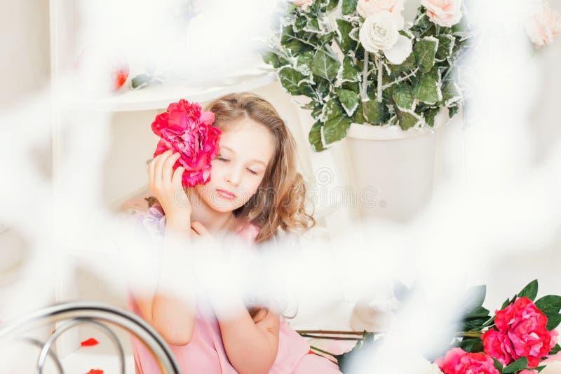 Drömlik härlig flicka som poserar med blomman fotografering för bildbyråer