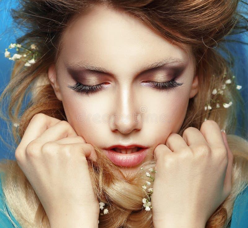 Drömlik kvinna med grep hårt om nävar royaltyfri bild