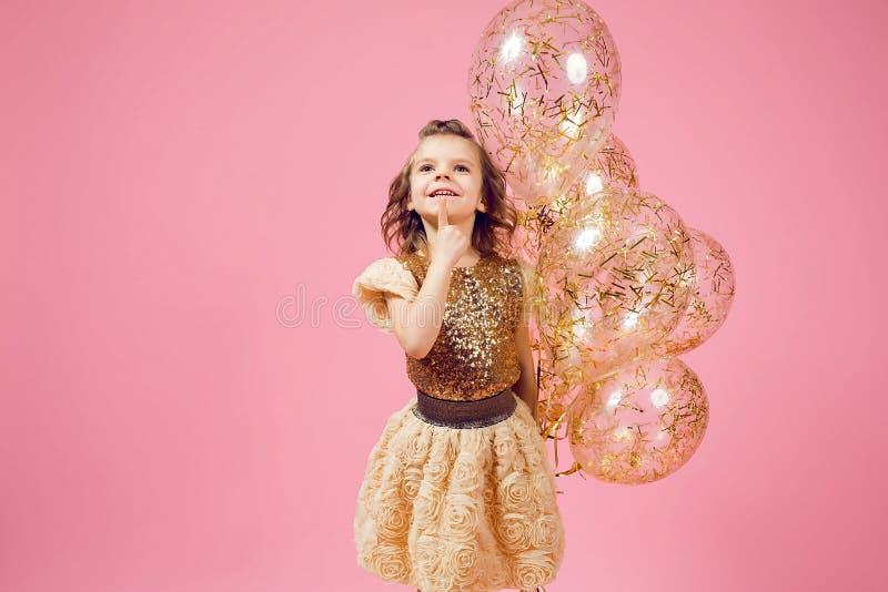 Drömlik liten flicka med ballonger royaltyfria bilder