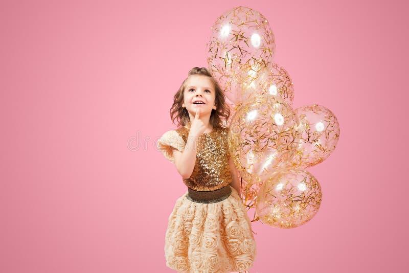 Drömlik liten flicka med ballonger arkivbilder