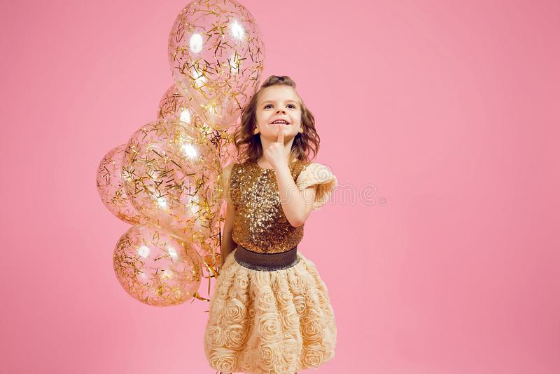 Drömlik liten flicka med ballonger arkivfoto