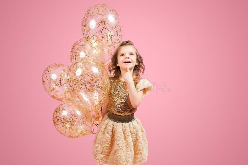 Drömlik liten flicka med ballonger royaltyfri bild