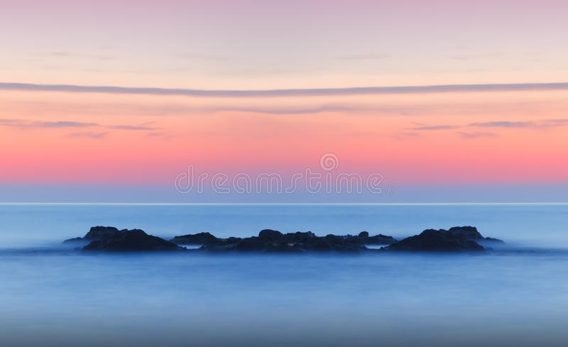 Drömlik stillsam seascapesolnedgång royaltyfri bild