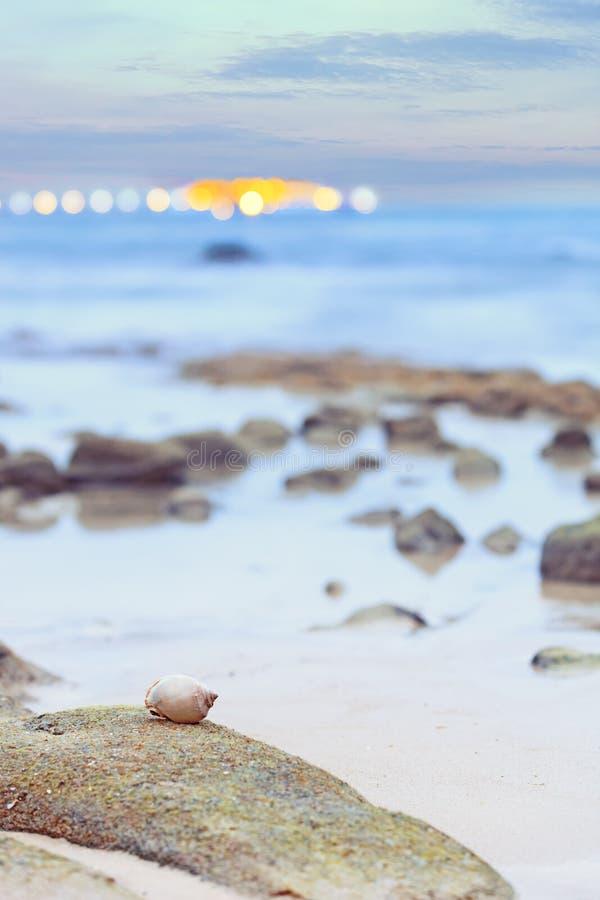 Drömlik suddig glödande seascapebakgrund arkivbilder
