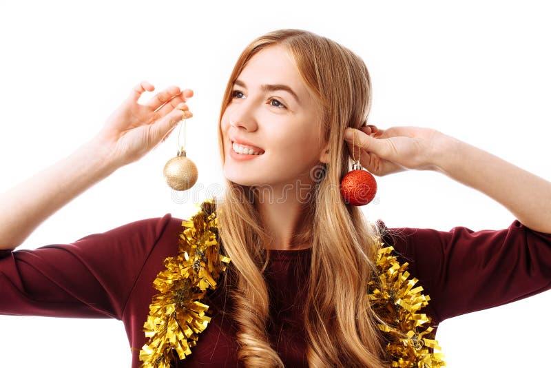 Drömlik ung kvinna med julbollar över vit bakgrund arkivbild