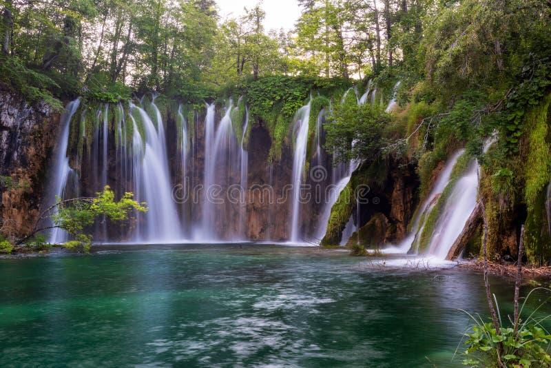 Dr?mlik vattenfall i Plitvice sj?nationalpark royaltyfri bild