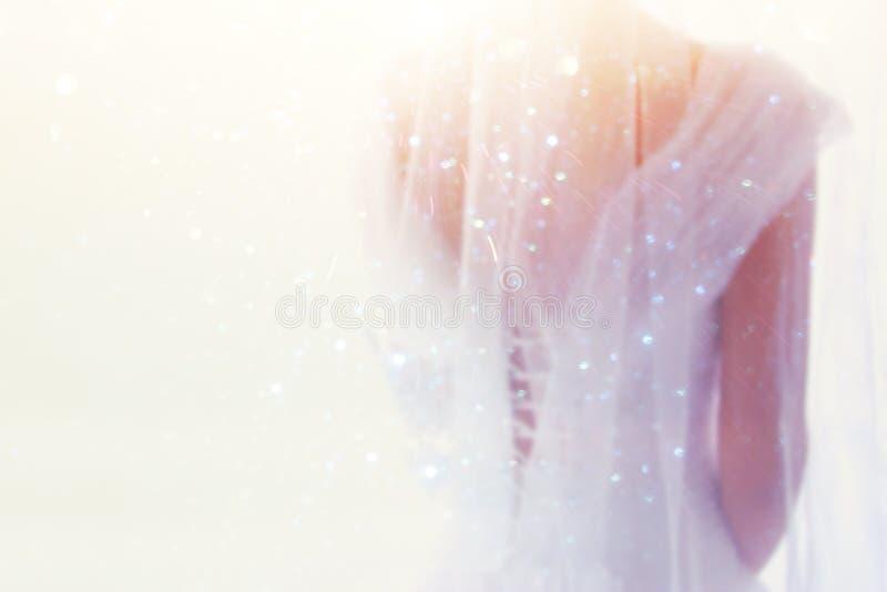 Drömlikt abstrakt begrepp och oskarp bakgrund av den härliga bruden med bröllopsklänningen, bakifrån arkivfoto