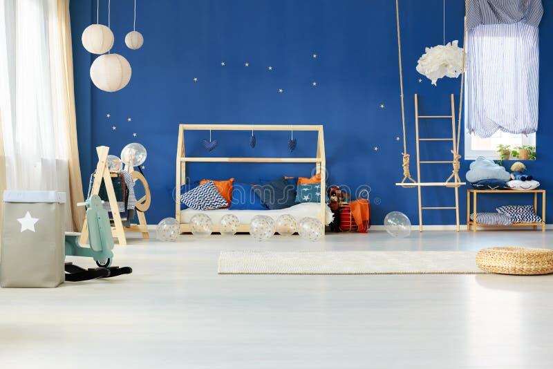 Drömlikt sovrum med den blåa väggen royaltyfria foton