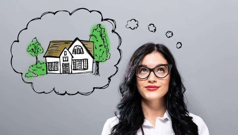 Drömma av det nya hemmet med den unga affärskvinnan arkivbilder