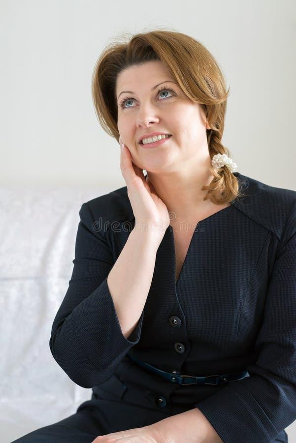 Drömma den härliga kvinnan i blåttklänning fotografering för bildbyråer