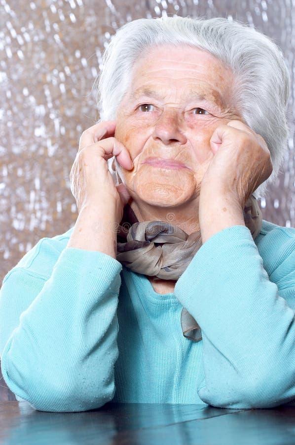drömma gammalare kvinna royaltyfria bilder