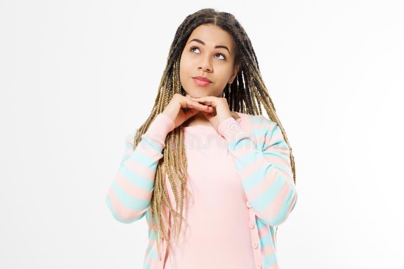 Drömma och att göra ett önskabegrepp Afrikansk amerikanflicka i modekläder som isoleras på vit bakgrund Kvinnahipster med afro royaltyfria foton