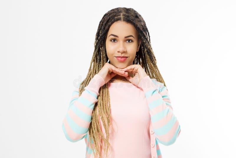 Drömma och att göra ett önskabegrepp Afrikansk amerikanflicka i modekläder som isoleras på vit bakgrund Kvinnahipster med afro royaltyfri bild