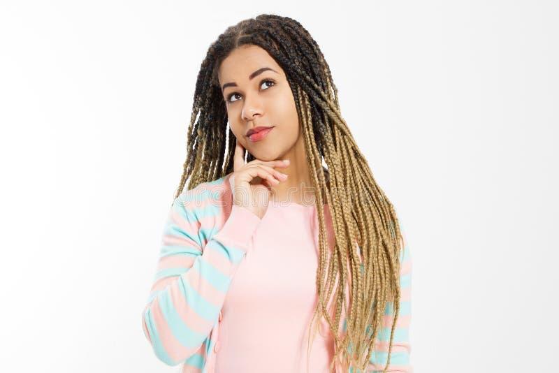 Drömma och att göra ett önskabegrepp Afrikansk amerikanflicka i modekläder som isoleras på vit bakgrund Kvinnahipster med afro arkivbild