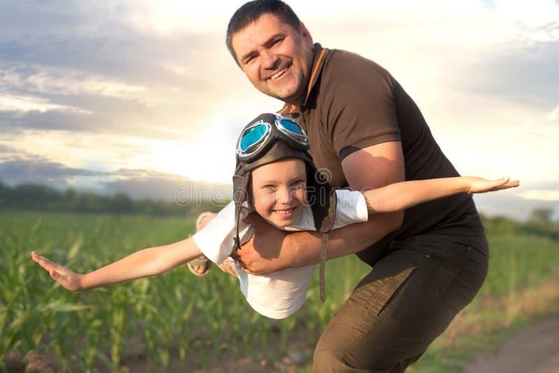 Drömmar för barnpilotflygare av att resa Farsan och sonen spelar tillsammans royaltyfri bild
