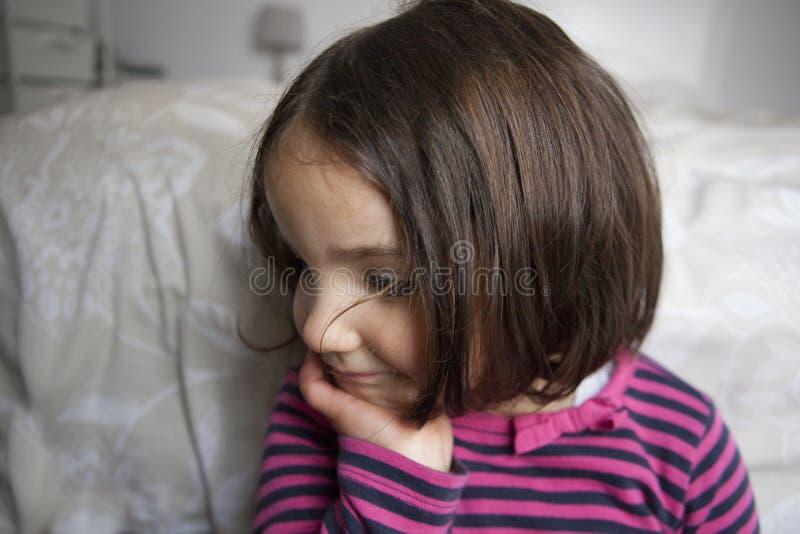 Drömmare tre år gammal liten flicka royaltyfri bild