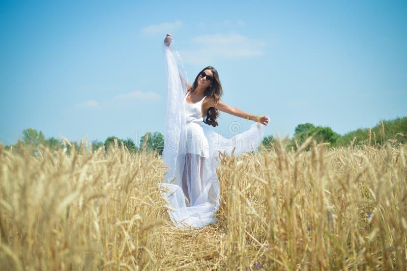 Drömmarekvinna i vetefältet fotografering för bildbyråer