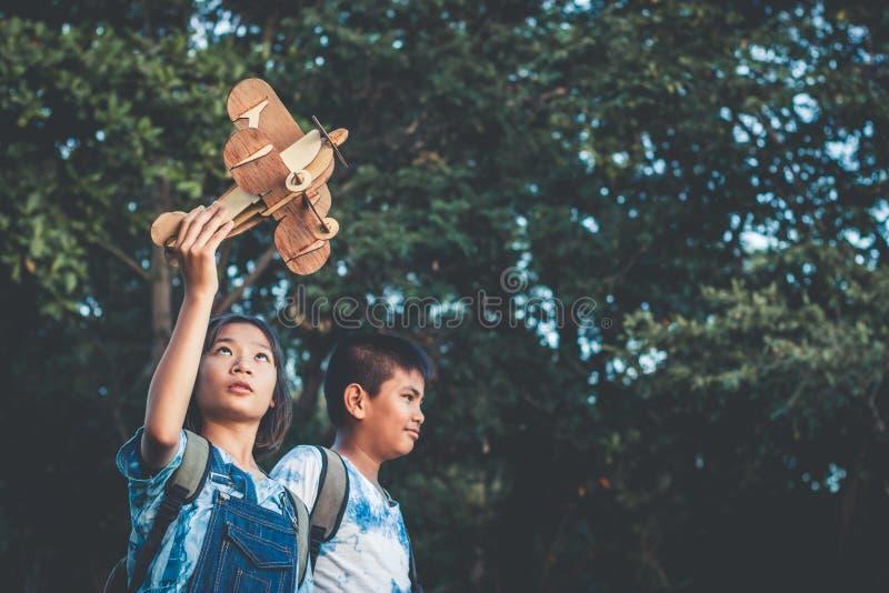 Drömmen av en flicka som önskar att flyga i himlen arkivbild