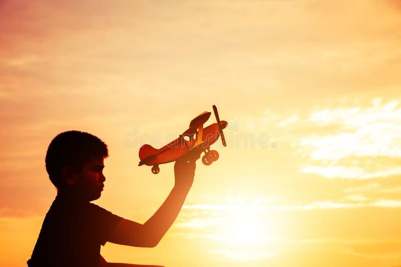 Drömmen av ett barn som önskar att flyga överallt konturn arkivfoton