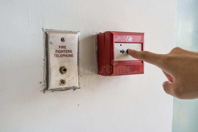 Drücken des Feuermelders lizenzfreie stockbilder